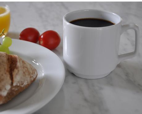 Porslin mugg tallrik frukost